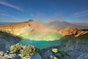 Ijen-Volcano-Java-Indonesia-02.jpg